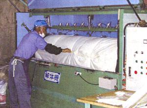 羽毛リフォームの工程。羽毛布団の側生地を解体して外す