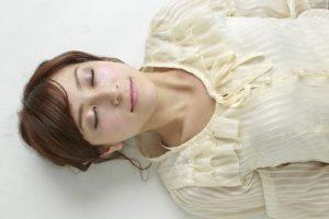 寝ている女性のイメージ