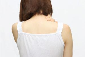 肩コリを気にする女性