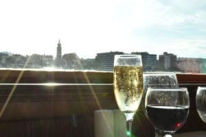 明るい光とワイングラス。人間の生活リズムには光が影響します