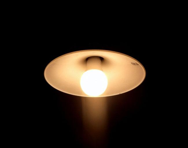 電気をつけたまま寝るならオレンジ色の電球「常夜灯」で。トイレの灯りも