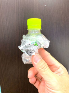 いろはすのペットボトル、使用後はクシャっとつぶして携帯。使い終わったらゴミ箱へ
