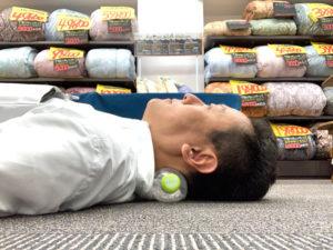 いろはすのペットボトルを少しつぶした状態で再度寝ています。良い寝姿勢になりました