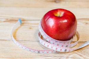 巻き尺とリンゴ。オーダー計測のイメージ