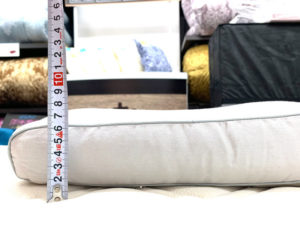枕の横にメジャーを置いて枕の厚みを計測した画像。パイプの枕は高さ調節が簡単