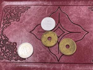 1円と5円の小銭。安価なイメージ