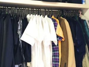 ハンガーにかかった夏物服。衣替えのイメージ